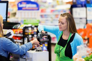 Gelenke schonen bei der Arbeit an Marktständen, Kassenbereichen und Kiosken mit Isoloc Arbeitsplatzmatten