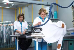 Weniger Rückenschmerzen beim Bügeln, in Reinigungen, Messeständen und Wäschereien mit Isoloc Arbeitsplatzmatten